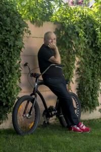 Balašević naslonjen na biciklo
